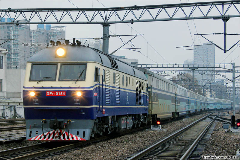 2015年11月24日。南京站。DF11牵引0K8502次入站上客。(图/连骏@香港总督)