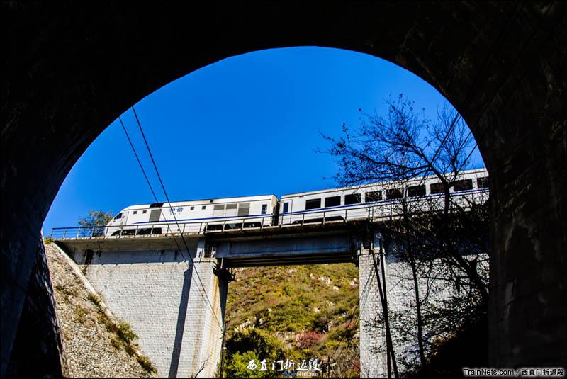 2015年11月1日。北京关沟。京张铁路。NDJ3(大白猪)动车组通过居庸关-三堡站区间。(图/西直门折返段)