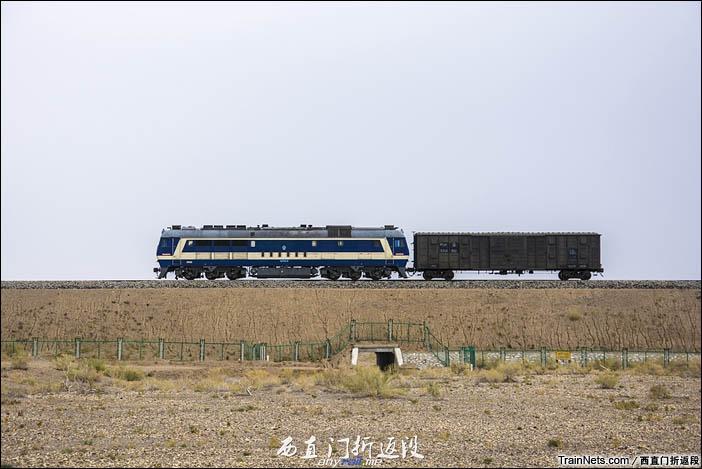 2015年10月5日。奎北线。新疆和什托洛盖站。DF8B牵引一节棚车通过。(图/西直门折返段)