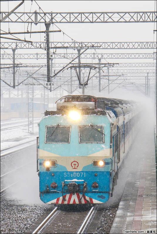 """2015年11月22日。京广线。河北保定高碑店。SS8型071号,原""""党员号""""机车牵引25K特快列车在雪中飞驰。(图/赵家乐)"""