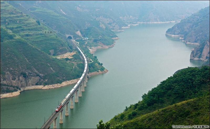 2015年6月。陇海线。火车行驶在景色秀丽的宝鸡峡。(图/行者无疆ZPC)