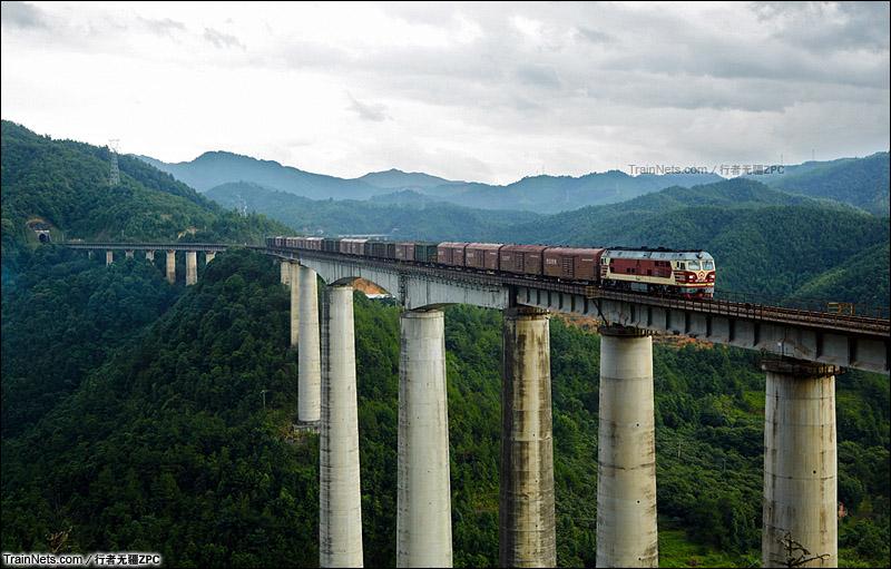 2015年6月。赣龙线。芋子英大桥上的行包列车。(图/行者无疆ZPC)