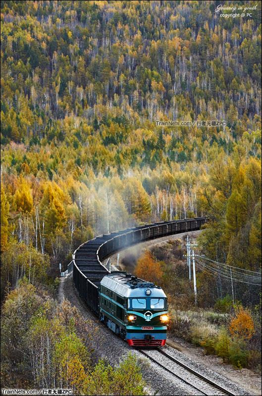 2015年9月。富西线。DF4B牵引货列穿行在五色山中。(图/行者无疆ZPC)
