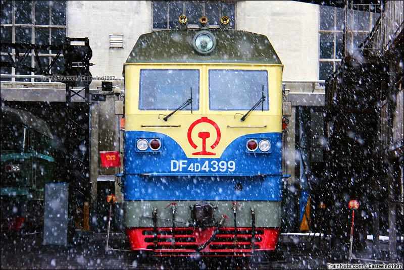 2015年11月24日。济南机务段。大雪纷飞下,枣矿铁运来济机段大修的DF4DH。(图/Eastwind1997)