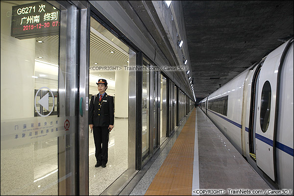 2015年12月30日。广深港高铁福田站。B3层站台层。列车停靠在6站台,属于正线,屏蔽门预留缓冲空间。(IMG-3081-151230)