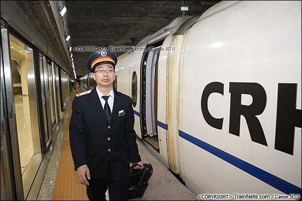 2015年12月30日。广深港高铁福田站。福田首发车的广州司机。(IMG-3130-151230)