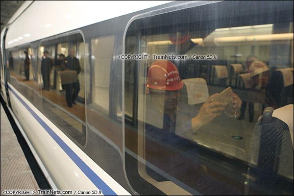 2015年12月30日。广深港高铁福田站。深圳北首发车。中铁十五局工人上车体验。(IMG-3245-151230)