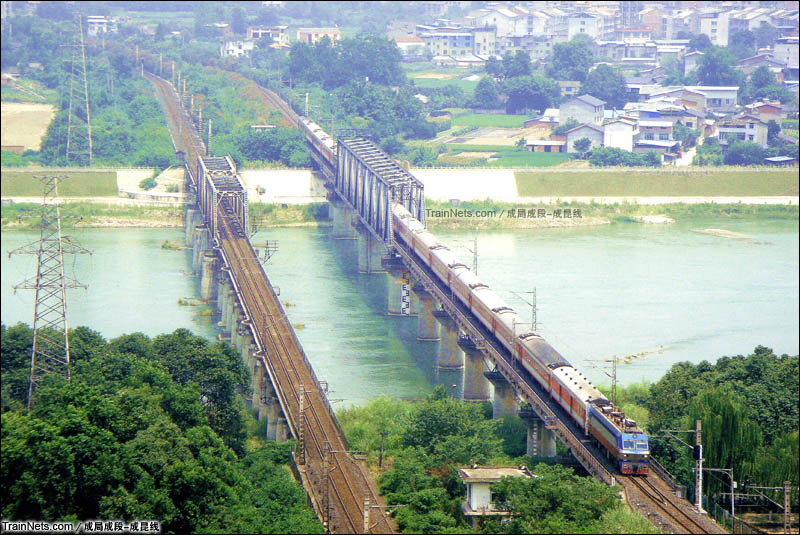 2015年7月31日。宝成铁路绵阳段。SS7D牵引客车通过涪江大桥。(图/成局成段-成昆线)