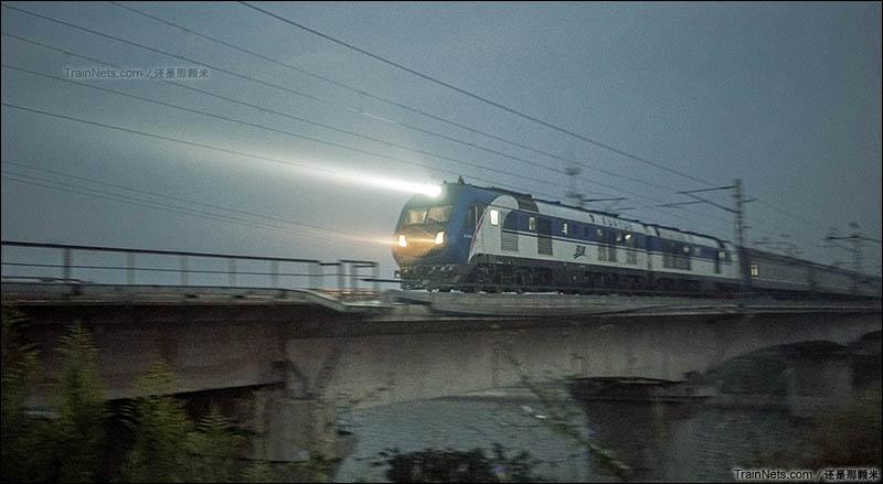 2015年9月26日。江苏镇江京沪线1234-1235公里区段。DF11G牵引Z9次,北京-杭州通过京杭运河大桥。(图/还是那颗米)
