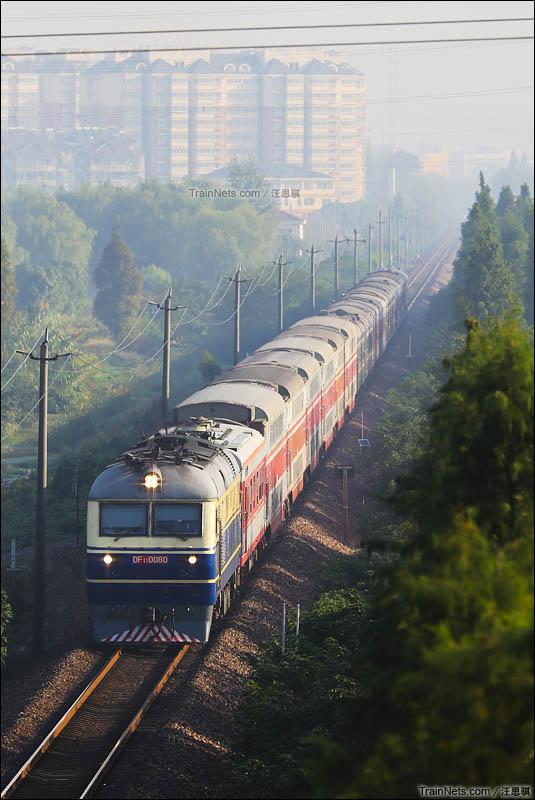 2015年10月。清晨,DF11牵引客车2593次江宁镇站接近。(图/汪思骐)