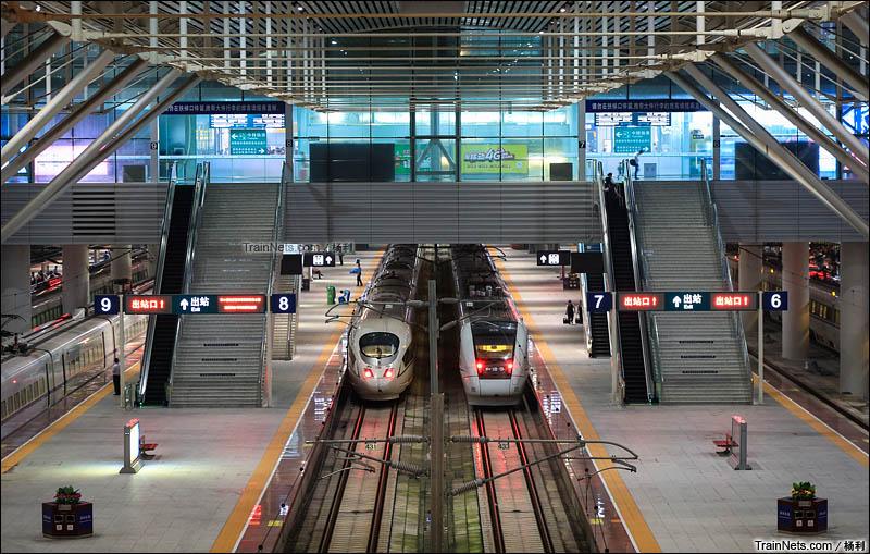 2015年11月。深圳北站。厦深的CRH1A动车组与广深的CRH3C动车组停靠在站台上。(图/杨利)