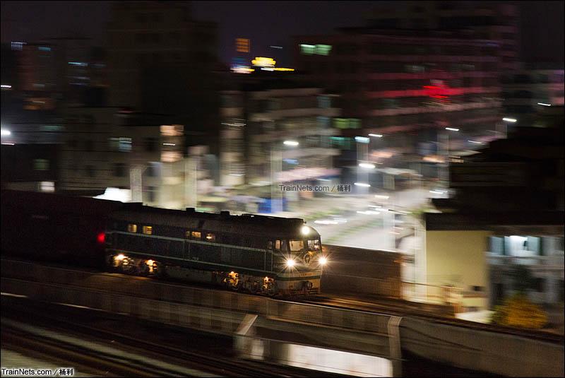 2015年3月6日。广东茂名。三茂铁路。夜晚。广铁三段DF4B-3004机车牵引JSQ大列开往茂名站。(图/杨利)