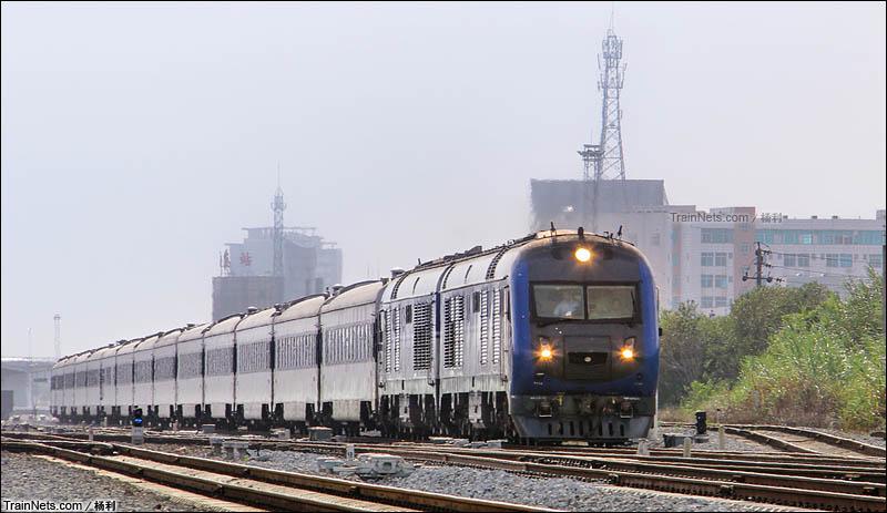 2015年7月21日。广东茂名。三茂铁路。广铁广段DF11G-0162/0167牵 引晚点的T202次,三亚-北京西前往广州方向。(图/杨利)