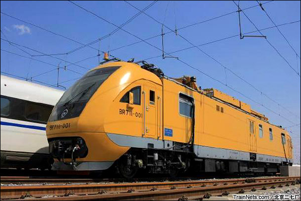 BR711C型铁路接触网多功能检修作业车。京沪高铁上进行信号测试。(图/北京二七厂)