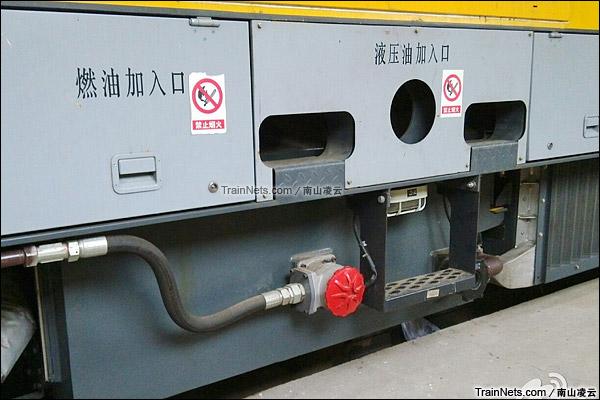 2015年。BR711C型铁路接触网多功能检修作业车。油箱加油口。(图/南山凌云)