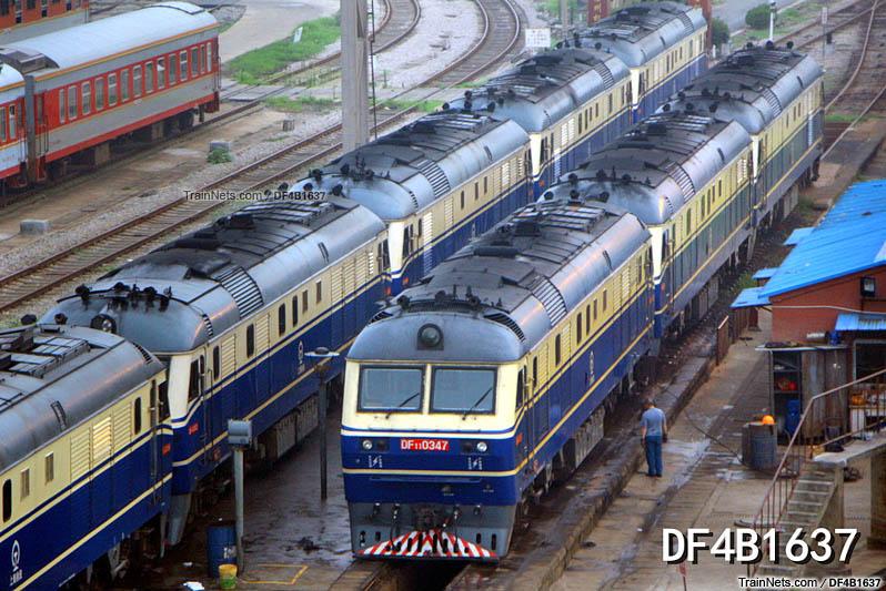 2013年7月16日。徐州和平大桥。徐州南整备所内燃整备区内停满了DF11型内燃机车。(图/DF4B1637)
