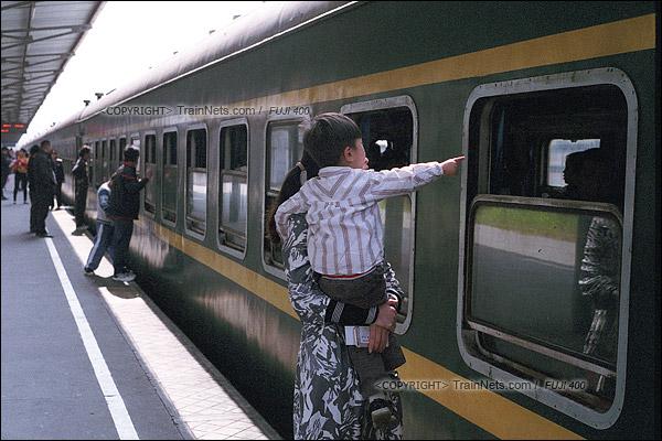 2016年1月9日。下午,深圳西站。最后一班1204次列车开始上客。一位孩子送别车里的奶奶。(F6020)