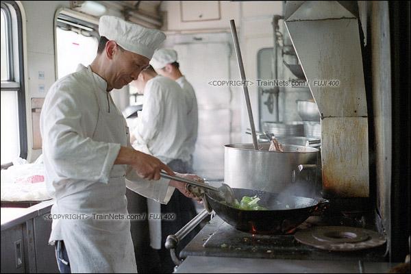2016年1月9日。最后一趟1204次列车。餐车的师傅正在准备晚餐。绿皮餐车所有设备都以煤作为燃料,师傅除了要炒菜,还要顾着灶里的火势。但师傅直言,煤炉烧出来的菜绝对比未来电炉烧出来的要可口。(F6032)