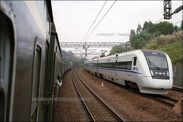 2016年1月9日。1204次列车行驶在广深线上,被时速160公里的动车超越。(F6108)