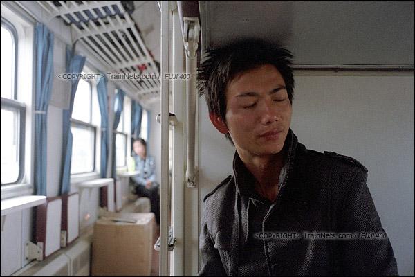 2016年1月9日。17号硬卧车厢,2002年就坐这趟绿皮车来深圳的李先生,目前在龙华富士康工作,他闭着眼睛想事情,说这次回蕲春老家准备办理离婚。(F6111)