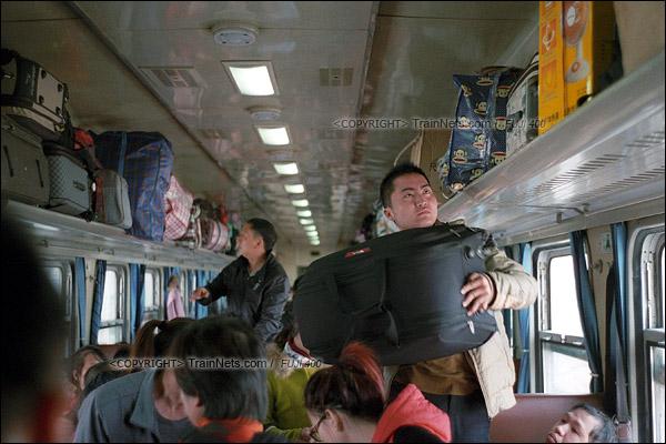 2016年1月9日。1204次停靠东莞东车站,不少返乡的乘客提着巨大的行李箱上车。(F6117)