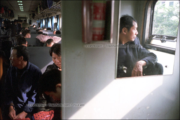 2016年1月9日。列车从东莞东站开出后开始超员,一位无座的乘客坐在洗手台上。(F6124)