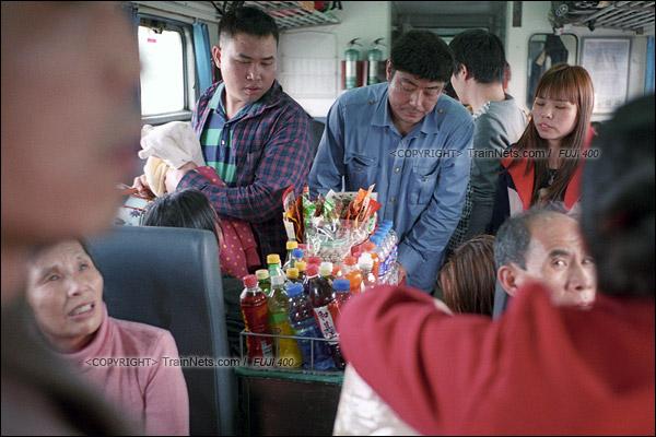 2016年1月9日。列车从东莞东站开出后开始超员,售货小车必须从乘客的缝隙中穿过。春运时,从车头走到车尾需要花上几个小时。(F6130)