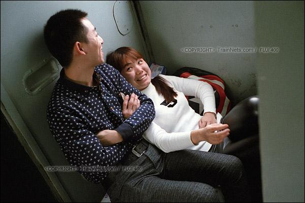 陈先生和妻子窝在车门处聊天,2003年他们来到深圳,随后在龙岗的工厂里认识。现在从工厂辞工后回蕲春老家过年,每次回家都会选择1204次,主要是价格便宜和时间方便。(F6135)