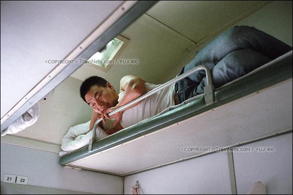 2016年1月9日。卧铺车厢,在南山从事建筑行业的高先生,正与下铺的朋友谈论1204次升级空调车的事情。(F6224)