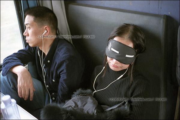 2016年1月9日。一位乘客戴着眼罩、听着歌在座椅上熟睡。(F6309)