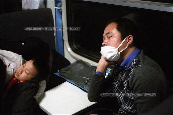 2016年1月10日。凌晨四点,1204次列车。一位乘客托着腮熟睡。(F6332)