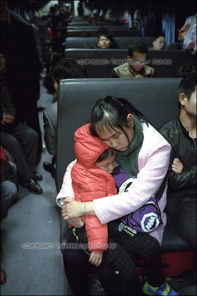 2016年1月10日。凌晨四点,1204次列车。一位乘客抱着自己的孩子熟睡。(F6404)