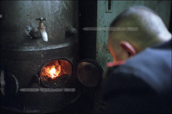 2016年1月10日。中午十二点半,1204次列车即将抵达终点站,茶炉工宋喜荣正准备熄灭煤炉里的火。(F6421)