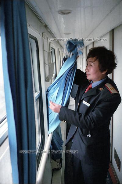 2016年1月10日。最后一趟1204次列车抵达信阳站。旅客下车后,乘务员开始拆下绿皮车上的日常用品。(F6424)