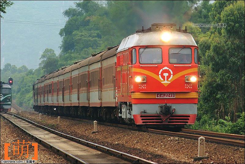 2015年4月。三茂铁路谭寮站,橘子牵引T8350通过。(图/范国平)