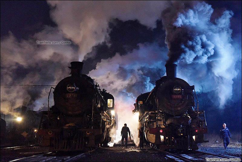 2015年12月19日。晚上,阜新矿业集团运输部。两台上游型蒸汽机车在夜色中整备。(图/Gothic)