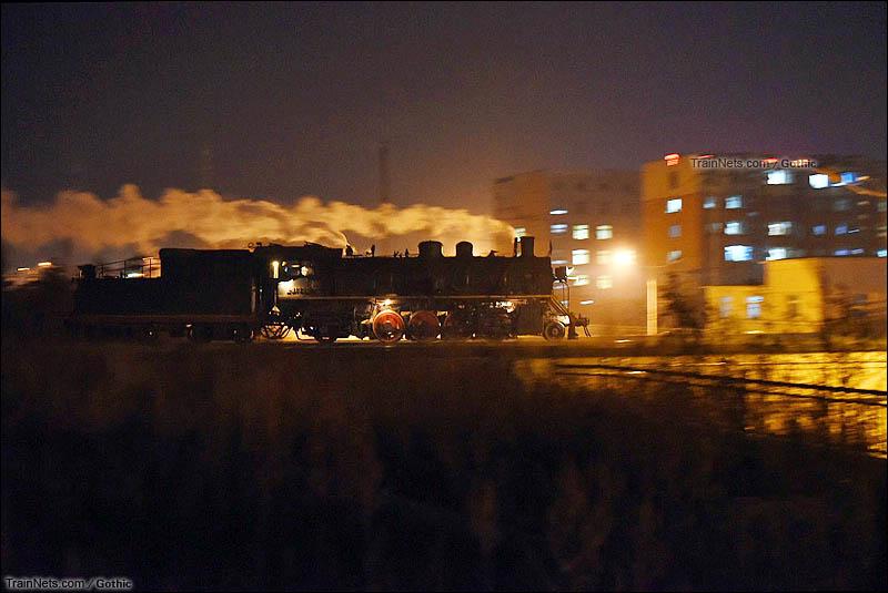 2015年12月19日。晚上,阜新矿业集团运输部。上游型蒸汽机车从矸石山回运输部交班。(图/Gothic)