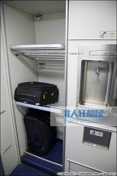 2015年11月28日。CRH5A型动车组。一等座。大件行李架与饮水机。(图/火车仔/IMG-3183-151128)