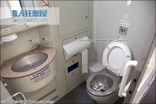 2015年11月28日。CRH5A型动车组。一等座。座式厕所。(图/火车仔/IMG-3190-151128)
