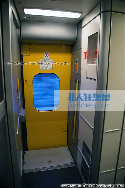 2015年11月28日。CRH5A型动车组。车门。(图/火车仔/IMG-3196-151128)