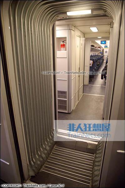 2015年11月28日。CRH5A型动车组。车厢连接处。(图/火车仔/IMG-3199-151128)