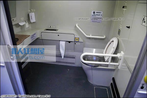 2015年11月28日。CRH5A型动车组。二等座。残疾人卫生间。(图/火车仔/IMG-3212-151128)