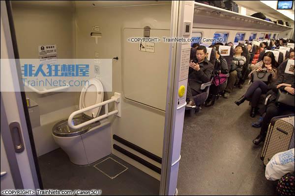 2015年11月28日。CRH5A型动车组。二等座。残疾人卫生间。(图/火车仔/IMG-3213-151128)
