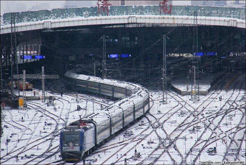 2016年1月23日。济南。白雪皑皑,HXD3牵引客车驶出济南站。(图/Eastwind1997)
