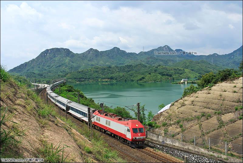 2014年7月14日。京广线。SS9G牵引T201次通过广东清远市鸡坑大桥。(图/广铁广段T16)