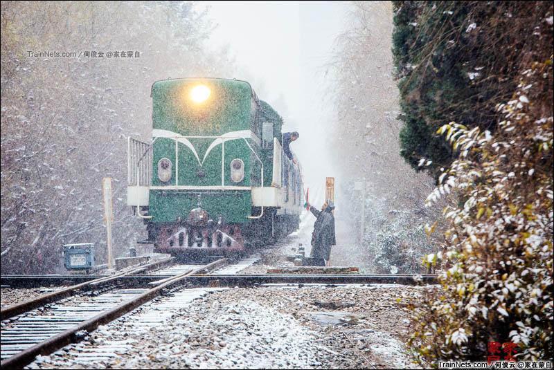 2015年12月16日。云南昆明。大雪下的米轨团山线路所,列车8866次通过米轨与准轨十字交叉。(何俊云@家在蒙自)