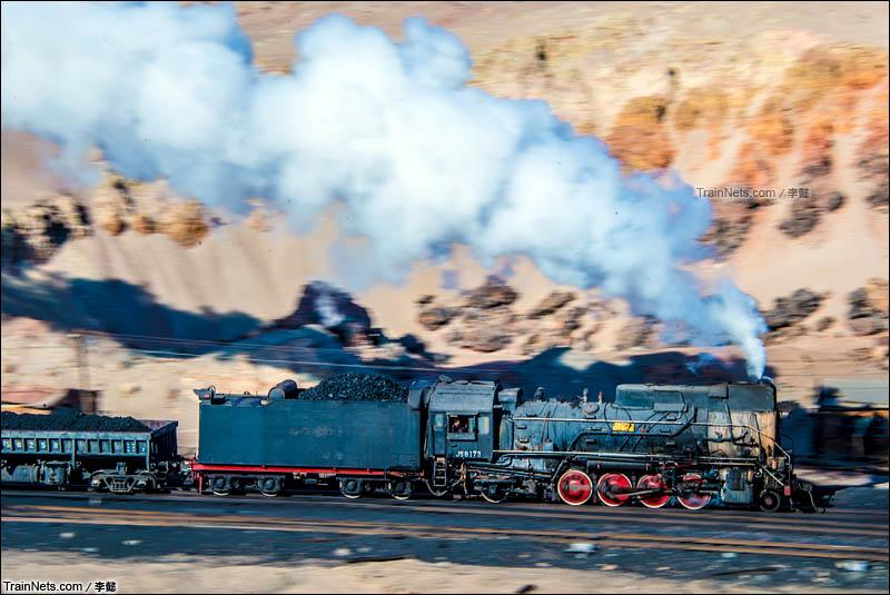 2014年11月。新疆三道岭露天矿。建设蒸汽机车拉着货车在东剥离矿内小跑。(图/李懿)