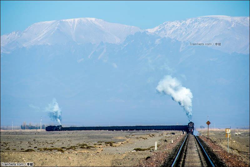 2014年11月。新疆三道岭露天矿。两台建设蒸汽机车推挽着货车行驶在三道岭南站专用线。(图/李懿)