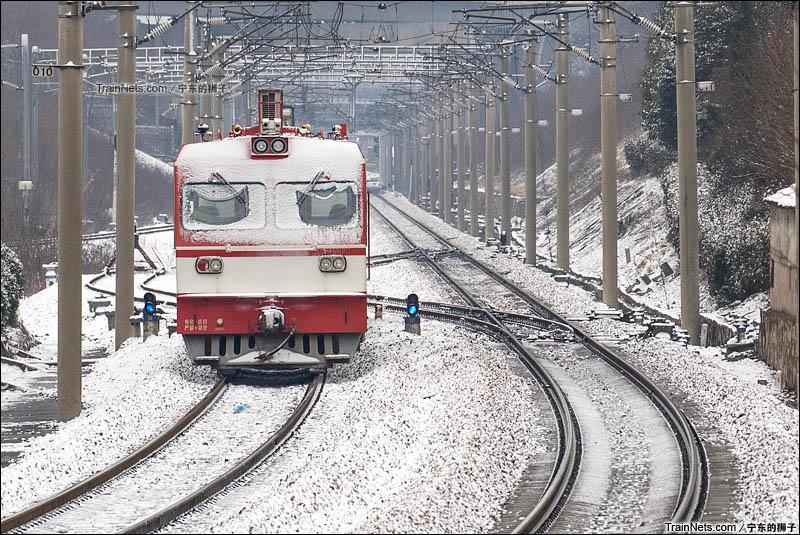 2016年1月21日。南京。初雪。京沪三线兴卫村上行线。覆着白雪的轨道车开往南京站方向。(图/宁东的狮子)