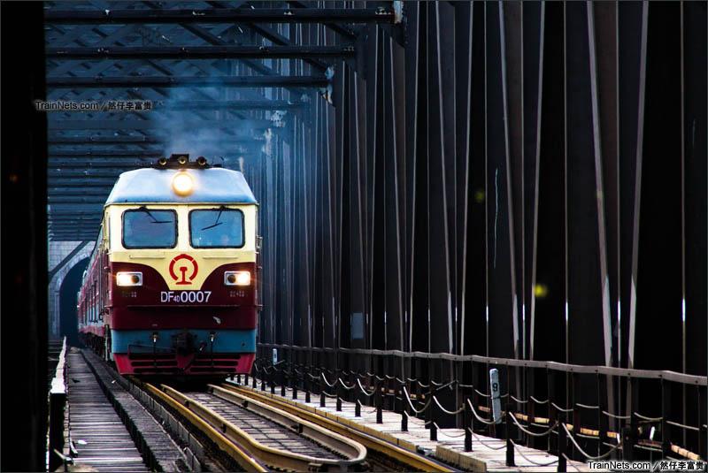 2015年7月。DF4D牵引1801次,北京北-齐齐哈尔通过京通线白河大桥。(图/李运然 @然仔李富贵)